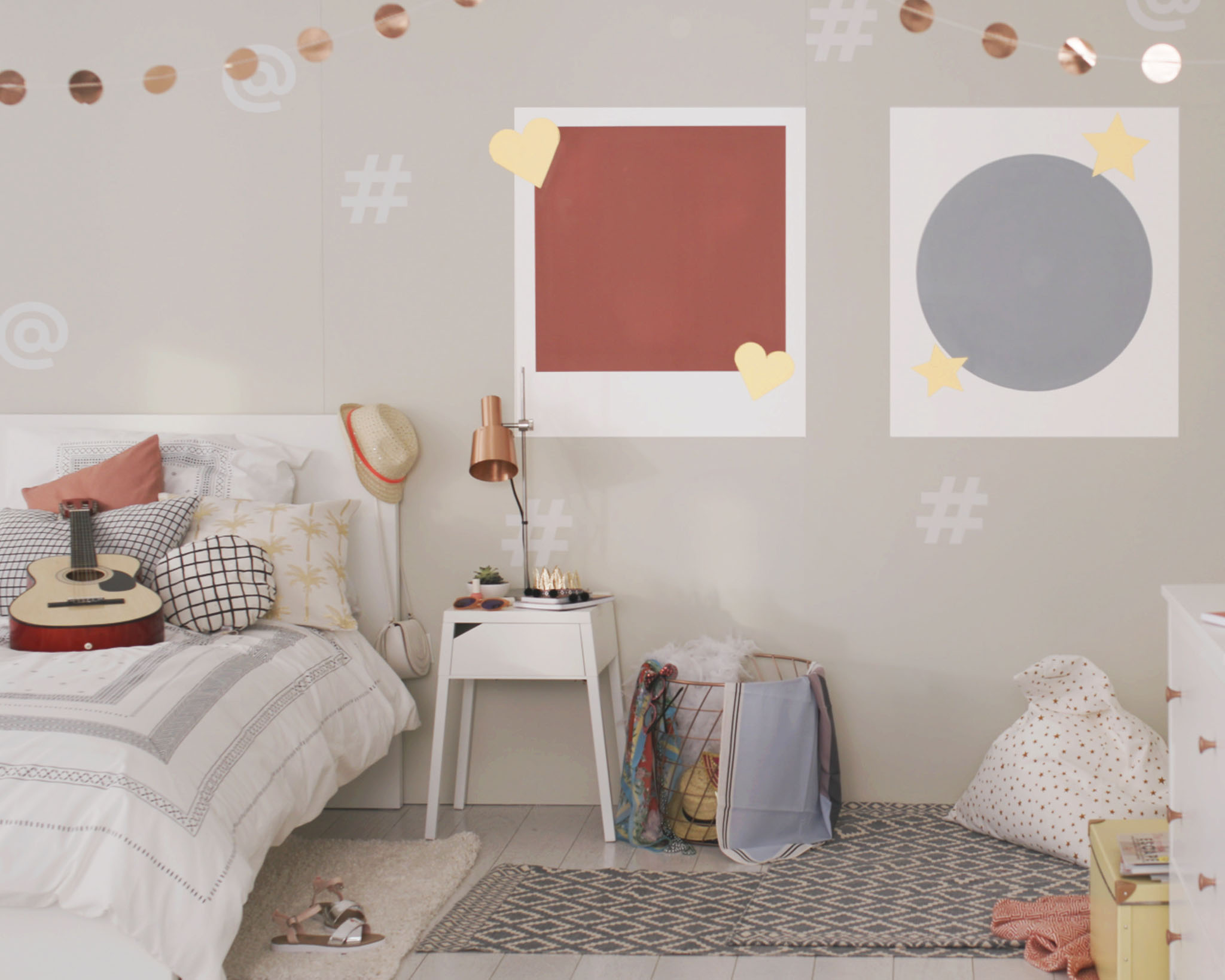 Create a selfie room for your teenager with fun frame motifs